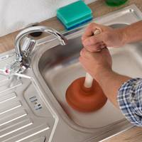 Как прочистить засор в раковине профессиональными и подручными средствами