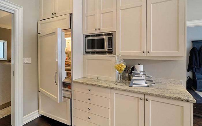 Холодильник рядом с плитой или другими «теплыми» объектами – это нормально?