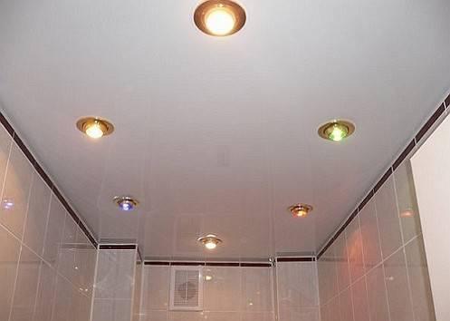 Натяжной потолок в туалете - фото различных вариантов оформления, плюсы и минусы
