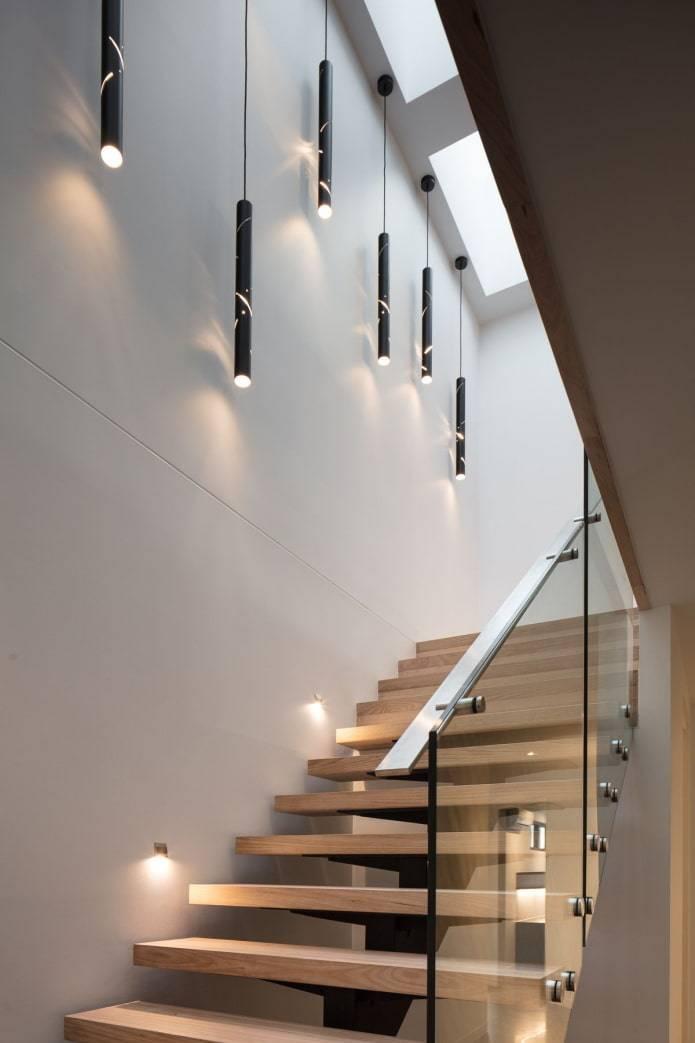 Отделка стены возле лестницы: рассмотрим варианты