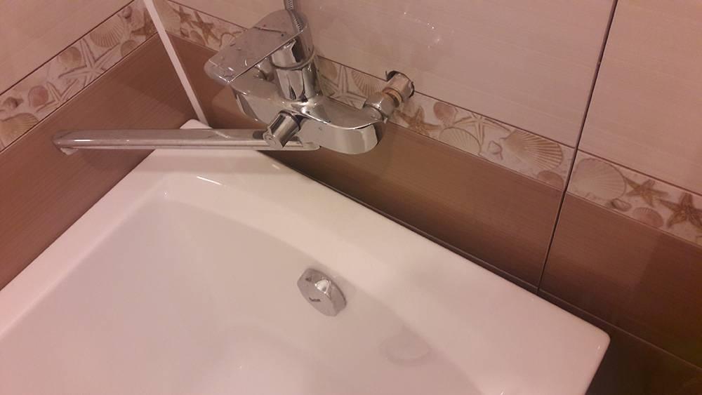 Как заделать стык между кромкой ванны и стеной?