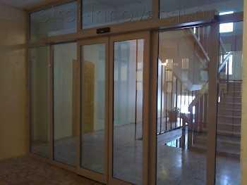Плюсы раздвижных стеклянных дверей для веранды