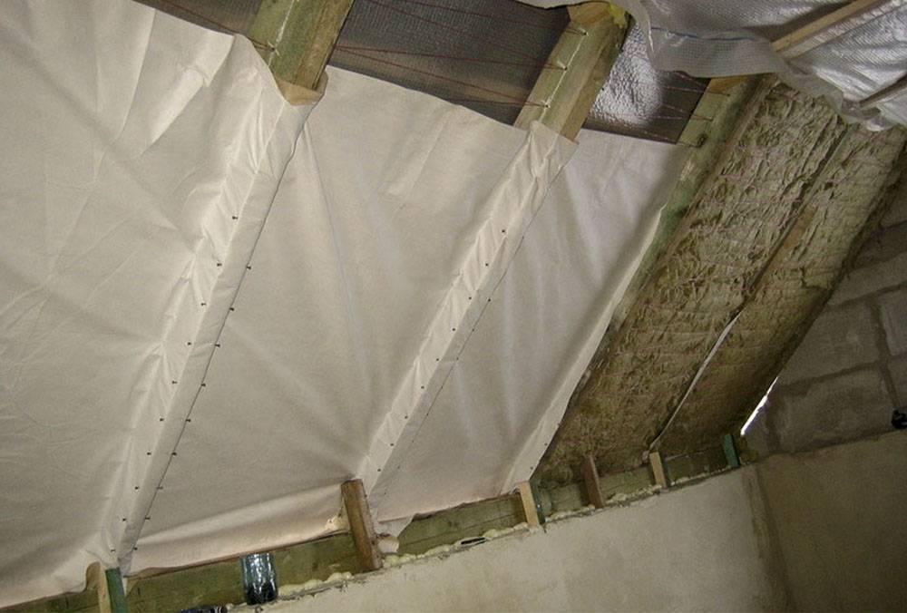 Пароизоляция потолка при холодном чердаке