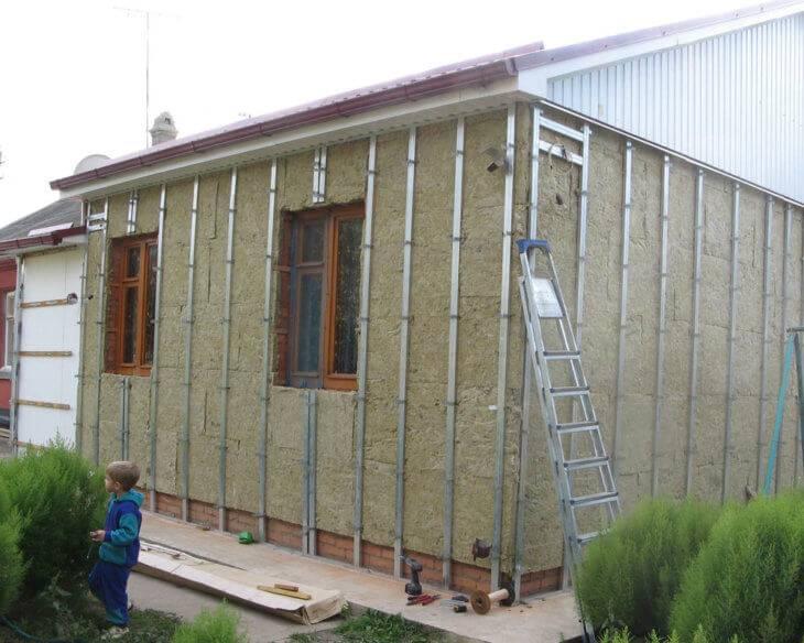 Обшивка сайдингом деревянного дома своими руками: руководство по отделке, в том числе с утеплением + видео
