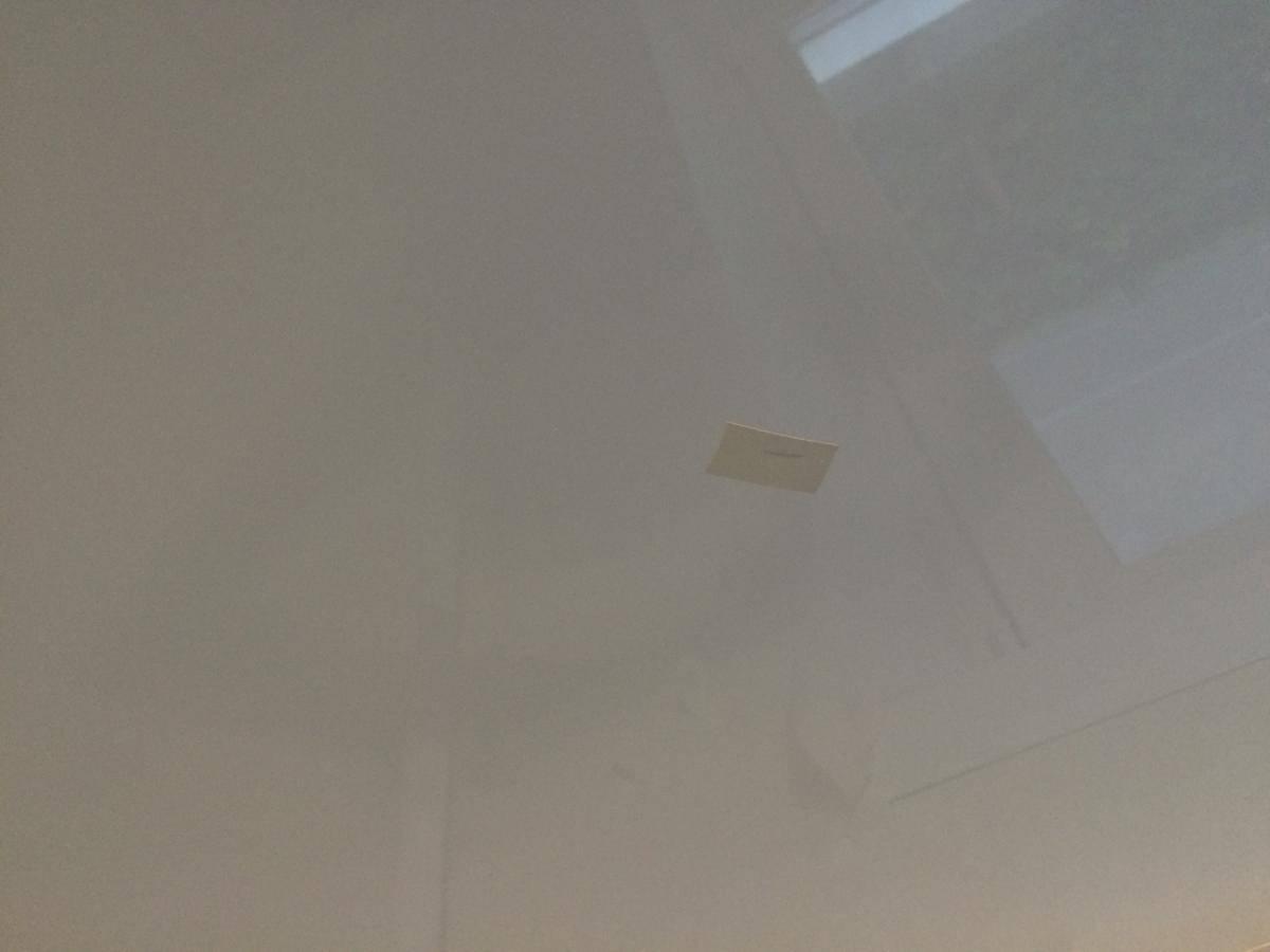 Ремонт натяжного потолка — устранение порезов, дыр, провисаний