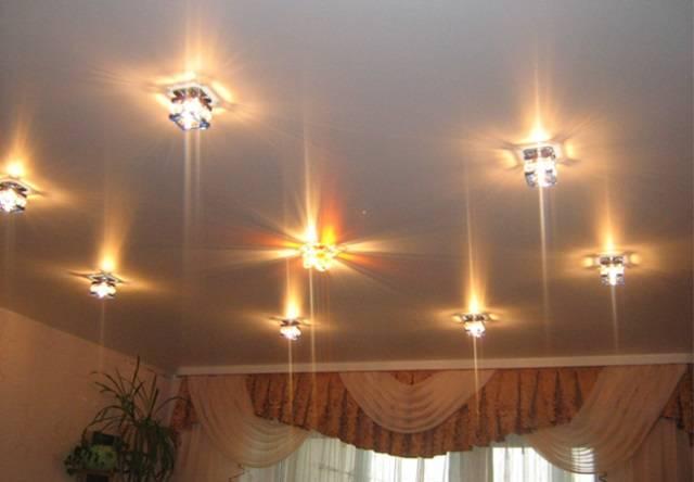 Как выбрать светильники для натяжных потолков: виды + обзор лучших брендов