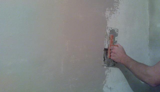 Как клеить обои на бетонные стены: технология поклейки и выбор инструментов