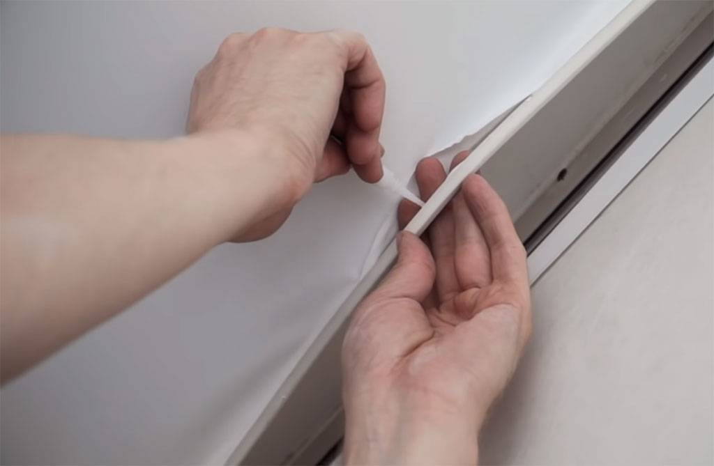 Как правильно заклеить натяжной потолок — выбор клея, особенности ремонта покрытия