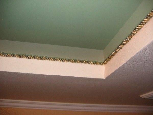 Потолочный плинтус для натяжного потолка: какие виды материала использовать и какой клей подойдет, как правильно приклеить, тонкости и нюансы, примеры на фото