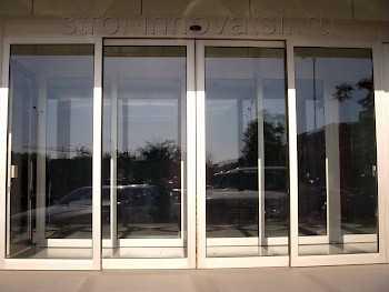 Стеклянная дверь на улицу — установка и качество