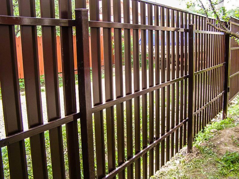 Забор «шахматка» из штакетника (22 фото): монтаж своими руками. как самостоятельно установить забор из евроштакетника?