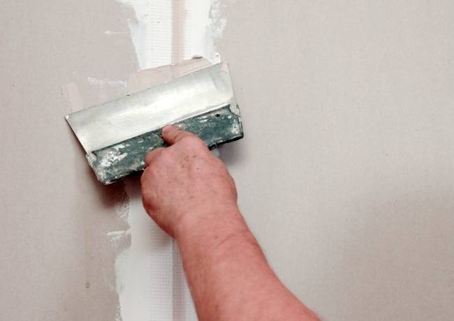 Как правильно зашпаклевать потолки под покраску: подготовка к покрытию водоэмульсионной краской