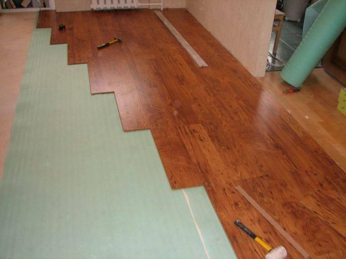 Укладка ламината на бетонный пол с подложкой: как уложить и выбор клея?