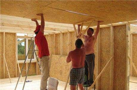 Монтаж чернового потолка из осб плит и отделка по деревянным балкам