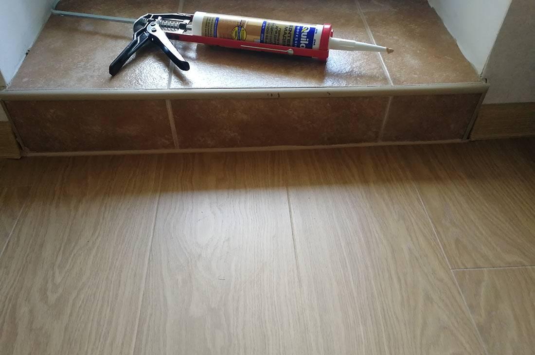 Как убрать щель в ламинате, не разбирая его: самый простой способ, инструкция
