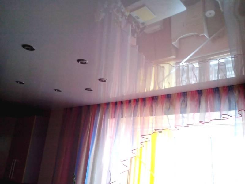 Карнизы для штор под натяжные потолки: какие лучше выбрать, сравнение конструкций и материалов