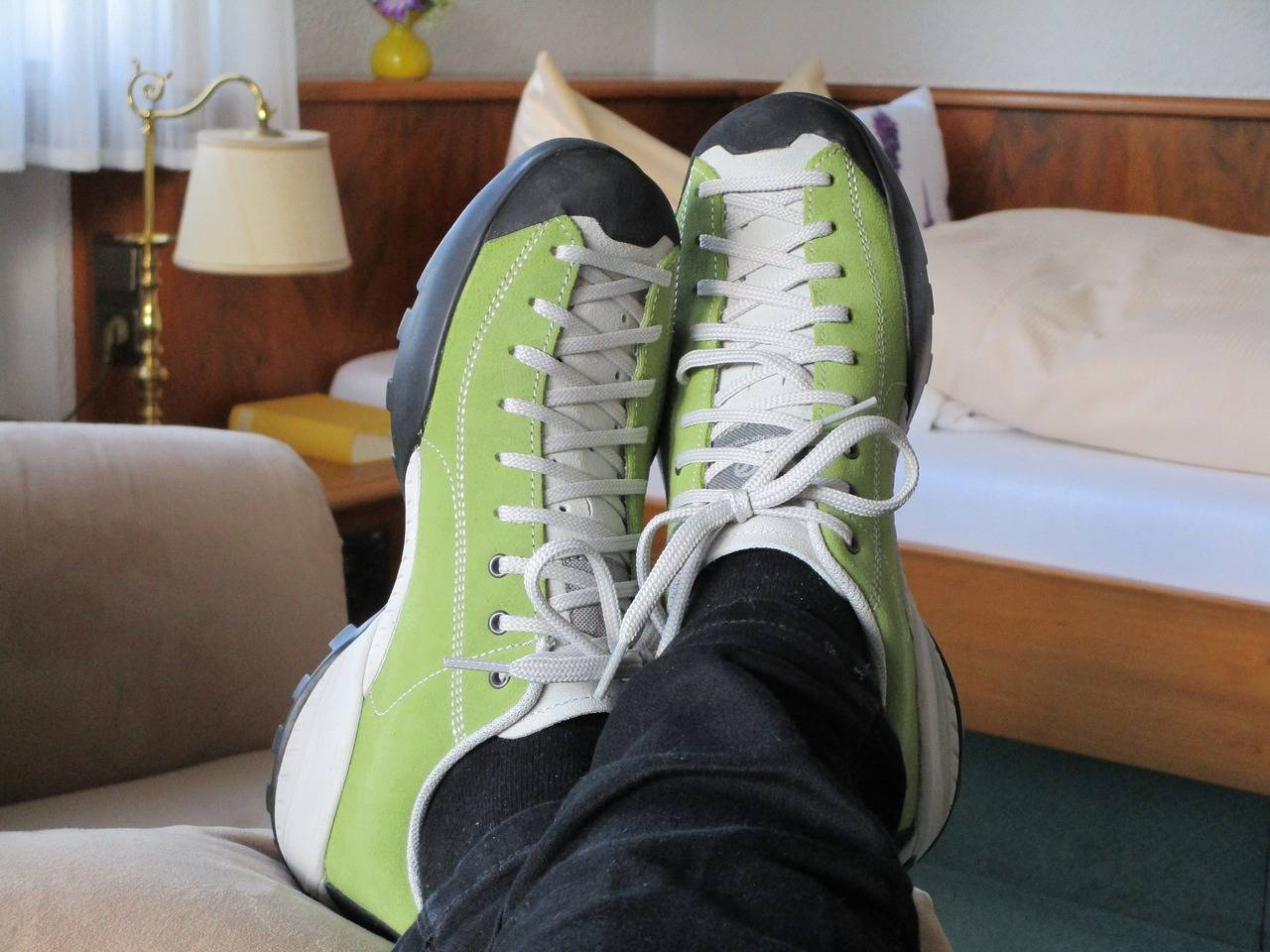 Почему американцы ходят дома в обуви?