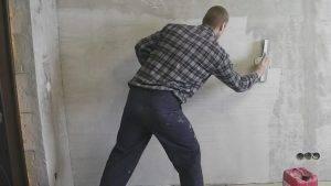Можно ли клеить обои на бетонные стены
