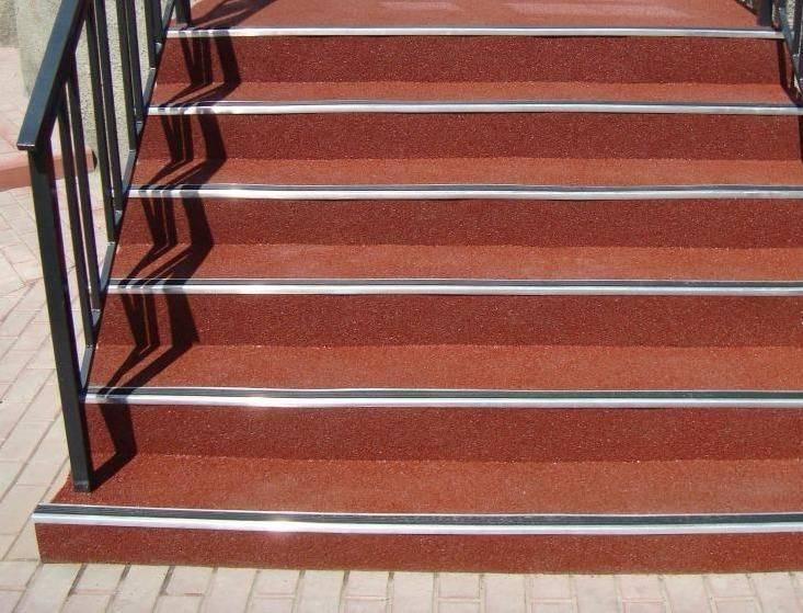 Резиновое покрытие для крыльца на улице: антискользящие накладки на ступени, изделия из резиновой крошки, грязезащита входной группы