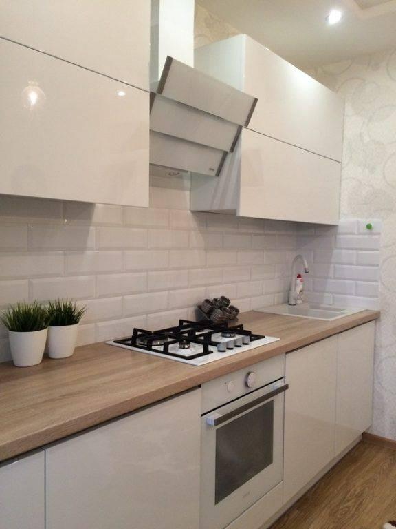 Белая кухня с черной столешницей: светлая с темной, с коричневой, особенности дизайна и сочетания