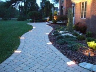 Тротуарная плитка для дорожек на даче: цены на популярные изделия и интересные дизайнерские решения