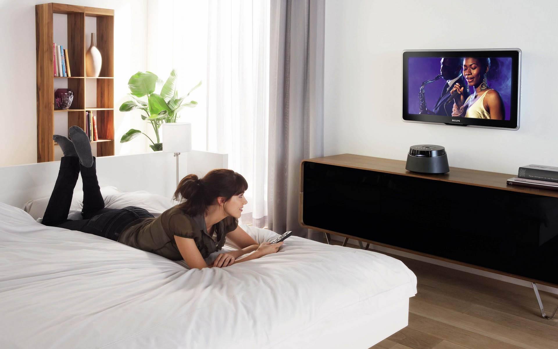 На какой высоте вешать телевизор?