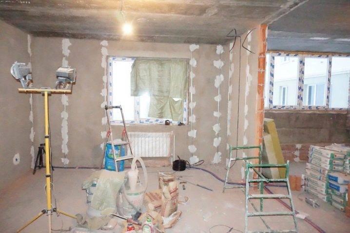Как штукатурить потолок своими руками: как правильно снять покрытие, наносить смесь и сделать без маяков, выровнять поверхность и убрать трещины, советы новичку