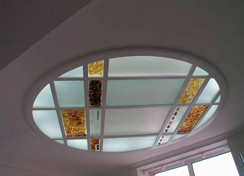 Стеклянный подвесной потолок, особенности матового и прозрачного материала, как правильно выбрать стекловолокно