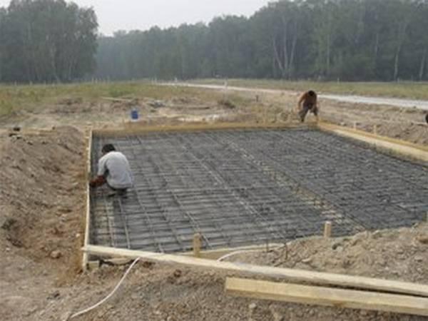 Какой фундамент нужен для дома, если грунтовые воды близко, и как его укрепить
