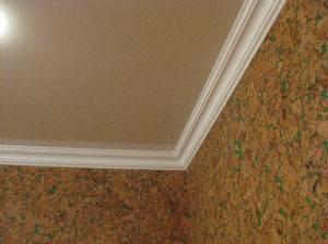 Как клеить потолочный плинтус к натяжному потолку: какой выбрать материал, и как установить