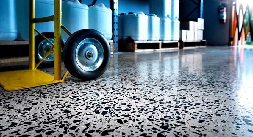 Чем покрыть бетонный пол чтобы не пылил: экспертное руководство