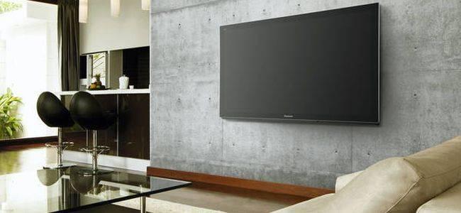 На какой высоте вешать телевизор на стену: гостиная, спальня, кухня