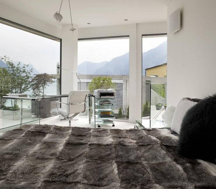 Варианты дизайна гостиной с двумя окнами
