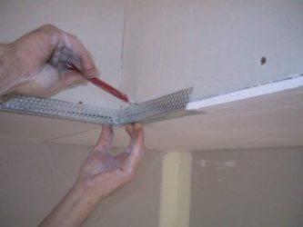 Как выровнять угол стены перфорированным уголком под шпаклевку в комнате?