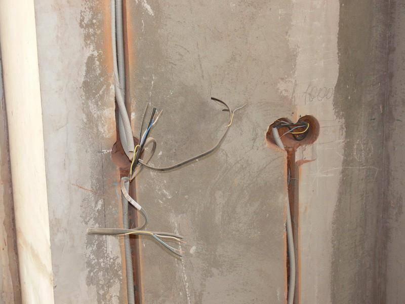 Как установить подрозетник в бетонную стену