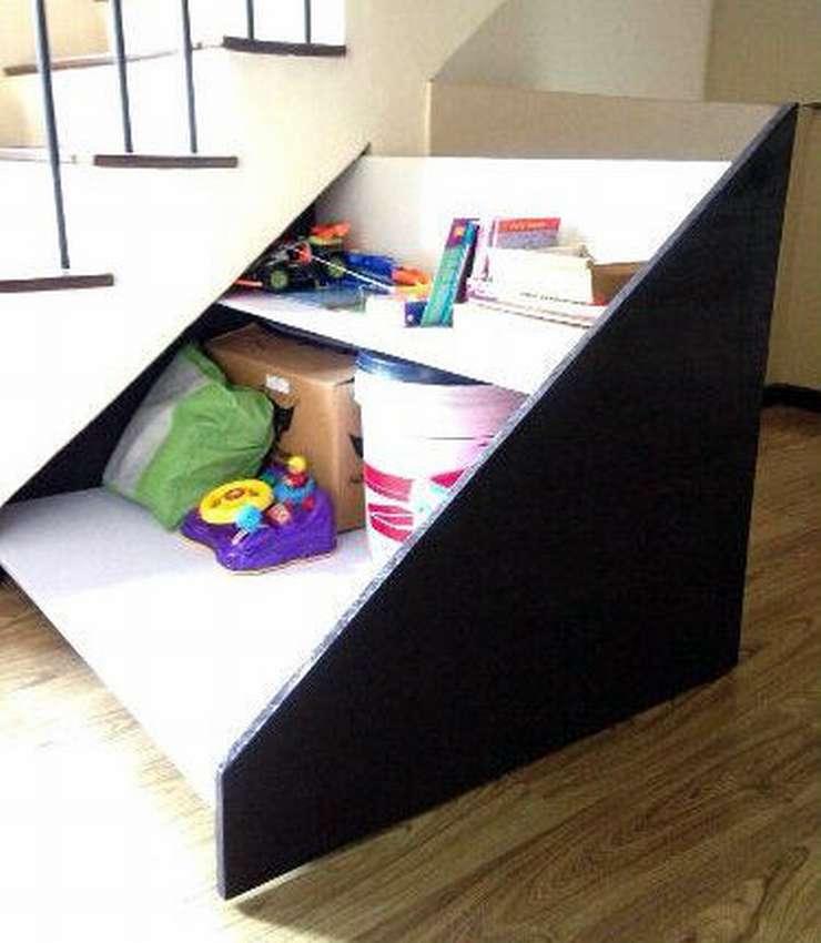 Шкаф под лестницей в загородном доме