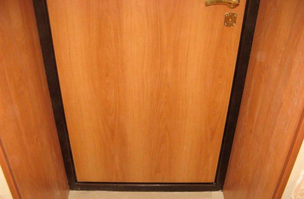 Отделка входной двери изнутри: материалы для решения задачи