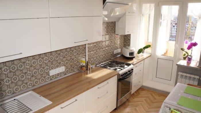 Особенности выбора белой кухни с черной столешницей и фартуком