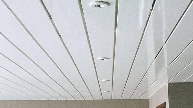 Тонкости отделки потолока из пластиковых панелей
