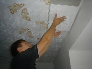Чем и как клеить пенопласт на потолок, преимущества и недостатки материала, детали на фото и видео