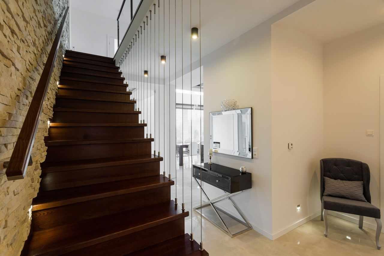 Интересные варианты дизайна холла с лестницей в частном доме