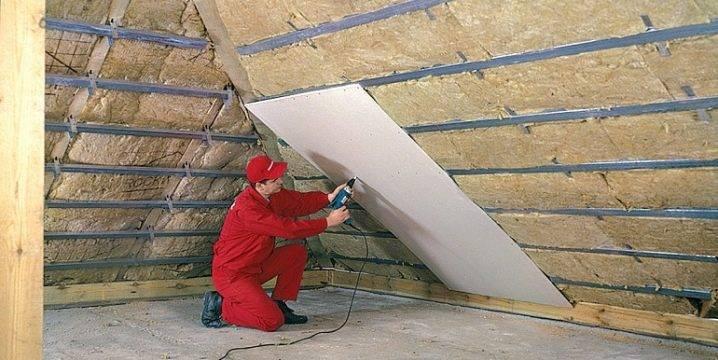 Как правильно утеплить потолок под холодной крышей со стороны чердака: какой выбрать материал для утепления