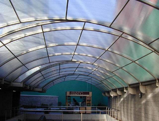 Поликарбонат для крыши: свойства и преимущества, особенности, обзор цен