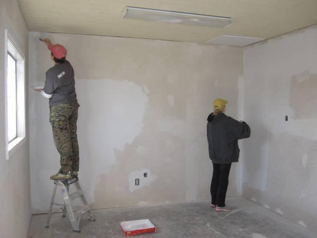 Как клеить обои в углах комнаты правильно: флизелиновые, в том числе метровые, и виниловые материалы, а также порядок действий и особенности работы в неровных местах