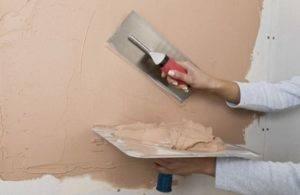 Сначала грунтуют или шпаклюют стены: последовательность нанесения