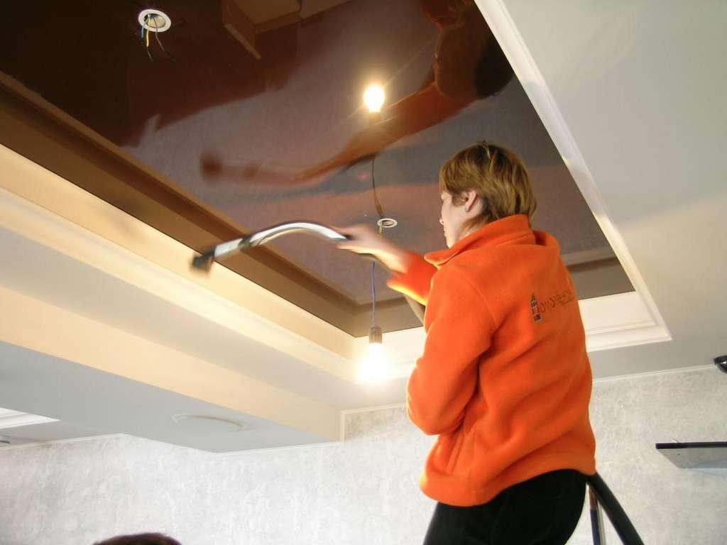 Как мыть натяжные потолки? – матовые и глянцевые без разводов