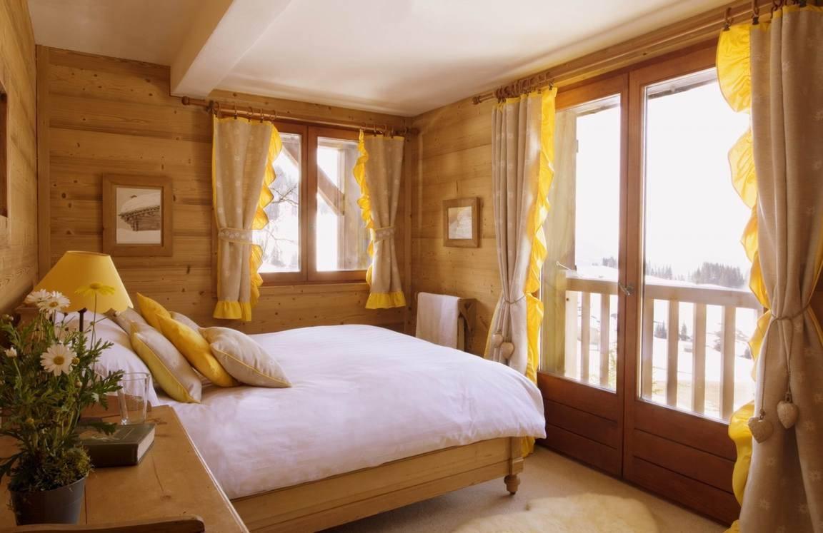 Особенности дизайна спальни в деревянном доме