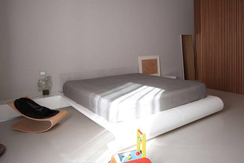 Спальня в стиле минимализм (70 фото): современный дизайн интерьера, белые шторы для маленькой комнаты, экоминимализм в спальне с минимальной площадью
