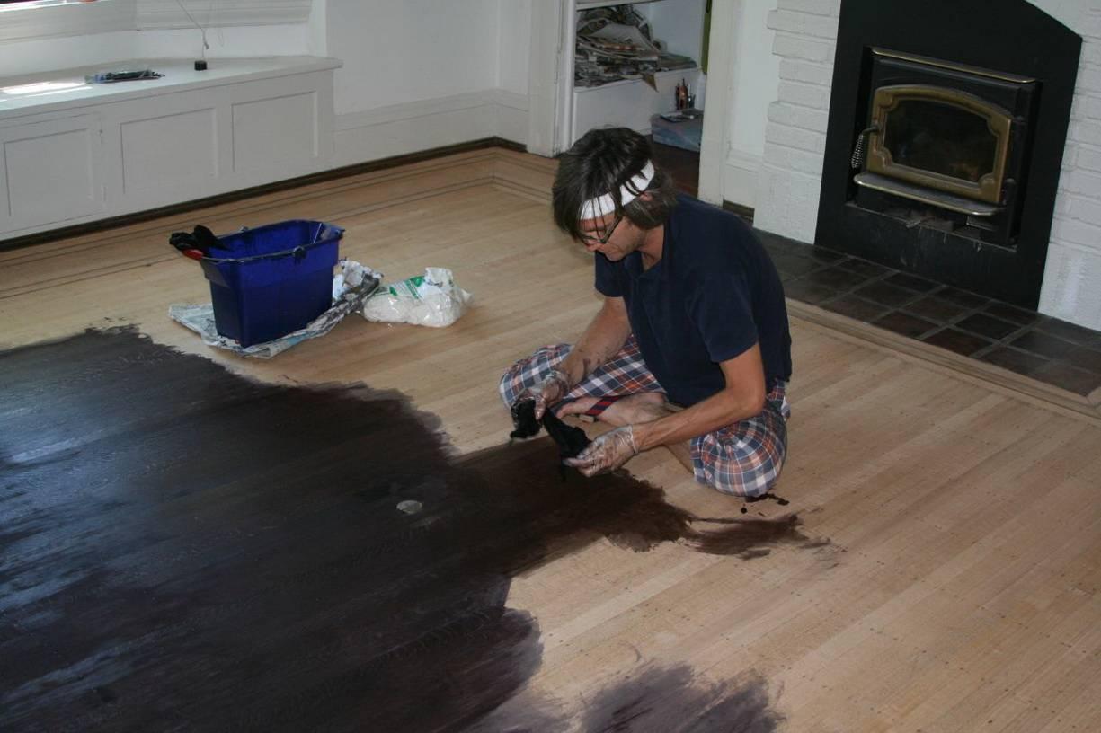 Покраска деревянного пола своими руками — пошаговая инструкция!