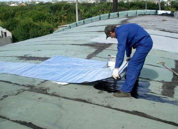 Течет крыша в многоквартирном доме. как добиться ремонта и возместить ущерб
